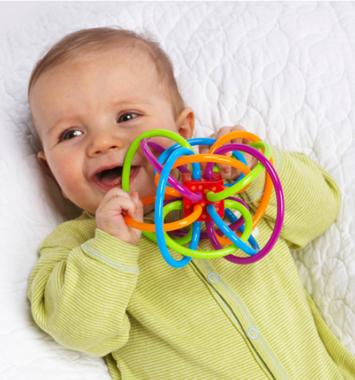 baby der holder babyrangle - dåbsgave