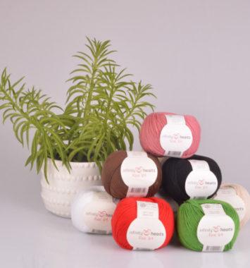 Forskellige garn med plante i baggrunden