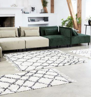 hvidt og sort gulvtæppe i ternet mønster
