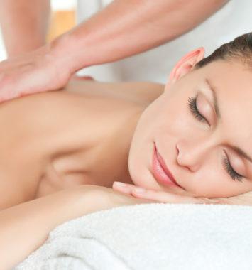 Kvinde der får en behagelig massage