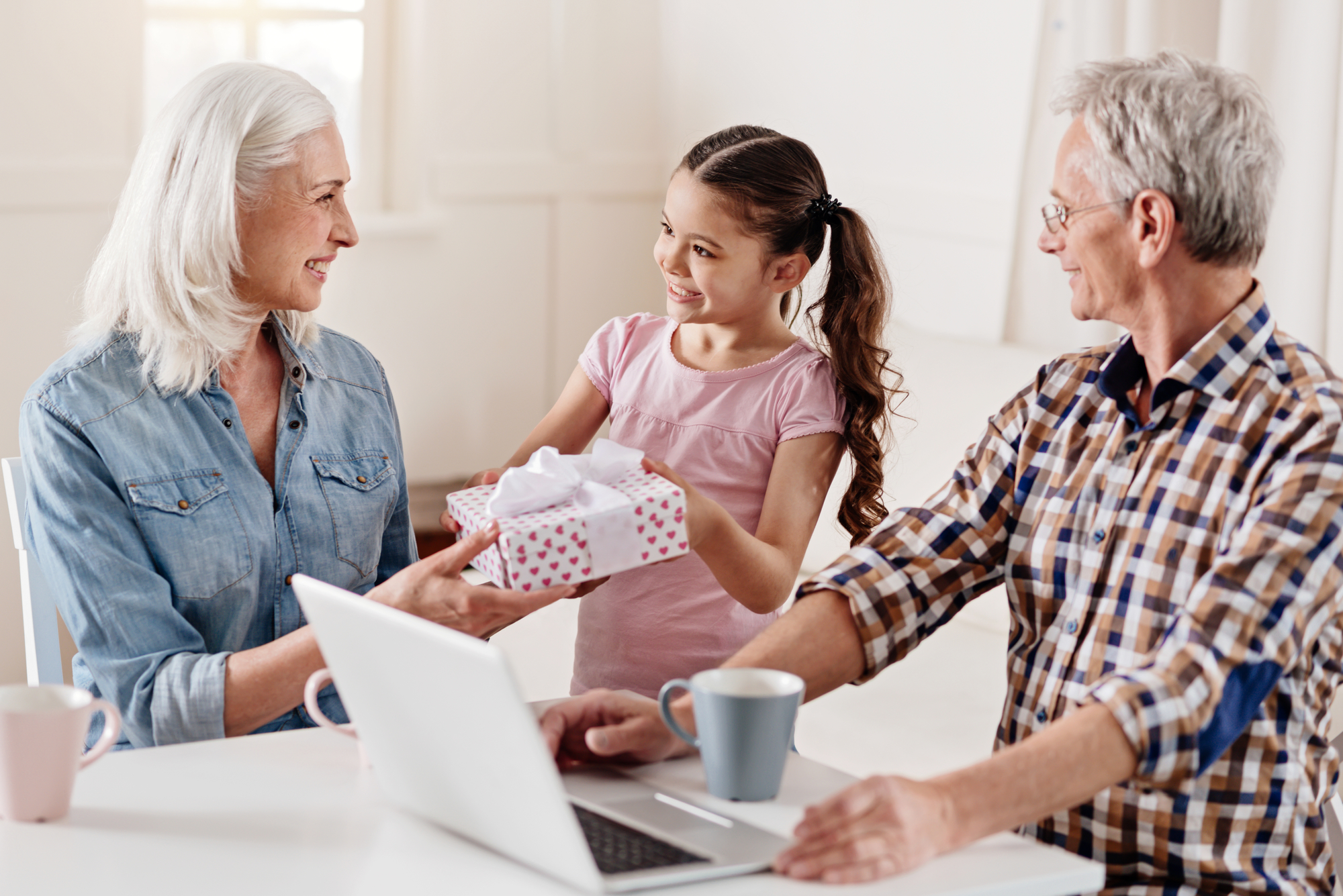 Piger der giver gave til sine bedsteforældre