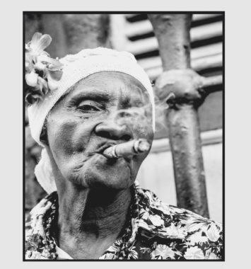 sort hvid plakat - kvinde med cigar