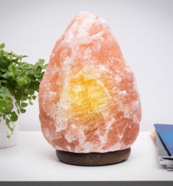 Saltlampe fra Himalaya med orange lys
