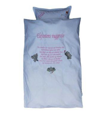 lyseblåt sengetøj med vuggevise skrevet på