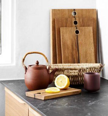 billede af skærebræt på køkkenbord med thekande