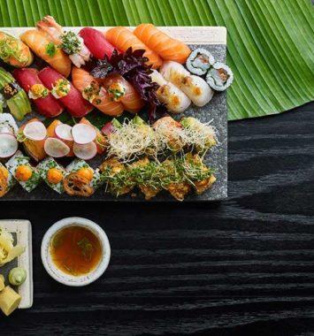 stort sushibræt med sushi nok til 2-3 personer