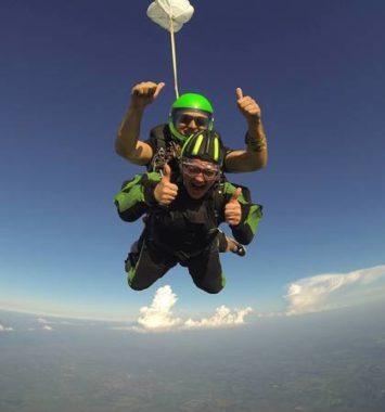 2 personer springer tandemspring og hænger i luften med tommel up