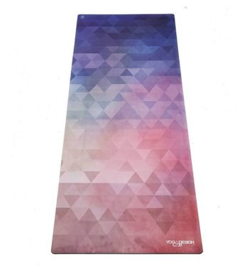 Farverig yogamåtte i lilla og lyserød