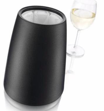 sort vinkøler I elegant design der står ved siden af et glas champagne