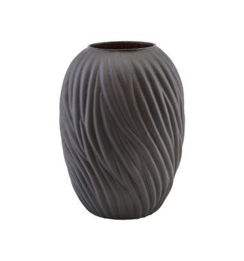 Sort vase med indgraveret mønster