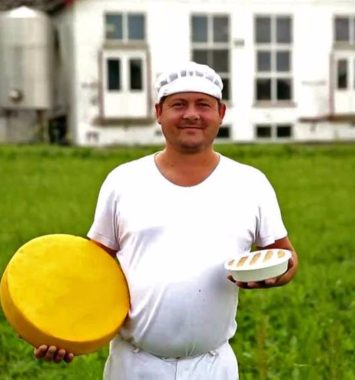 mejerist med ost i hånden