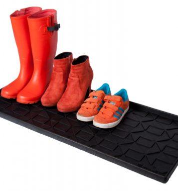 Sort skibakke med røde sko på